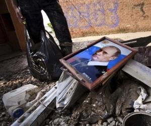 Портрет Путина во дворе затопленного дома в Крымске