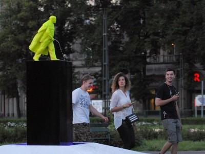 На центральной площади Кракова установили писающего Ленина